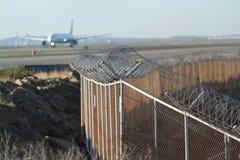 在跑道附近的机场安全篱芭 免版税库存图片