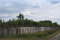 在跑道18的老具体篱芭在法兰克福国际机场西部 库存图片