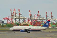 在跑道登陆的全美航空公司飞行 库存图片