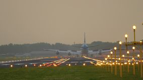 在跑道18R Polderbaan的飞机着陆 股票视频