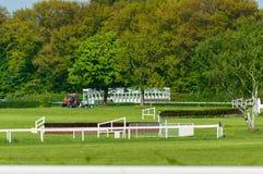 在跑马场的直线有马的障碍的 免版税库存图片