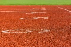 在跑马场的红色标号体育场的 图库摄影
