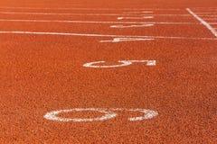 在跑马场的红色标号体育场的 库存图片