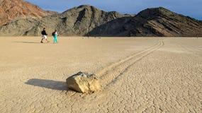 在跑马场Playa的航行石头在死亡谷 免版税库存照片