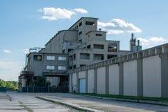 在距离的被放弃的大厦 免版税库存照片