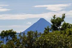在距离的阿雷纳尔火山 免版税库存图片