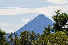 在距离的阿雷纳尔火山 库存图片
