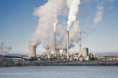 在距离的一个燃煤发电站在农业风景 Pocerady,捷克共和国 库存照片