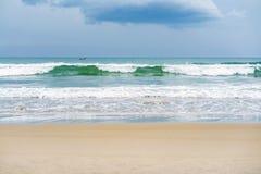 在距离的小船在中国海滩在岘港越南 免版税库存照片