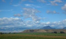 在距离的山。 免版税库存照片