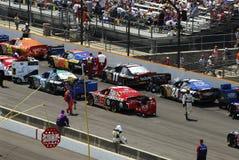 在跟踪排队的赛车 免版税库存照片