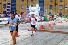 在跟踪的赛跑者在Mazda伦敦三项全能 免版税库存图片