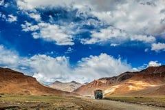 在跨喜马拉雅Manali-Leh高速公路的印地安卡车在喜马拉雅山 免版税库存图片