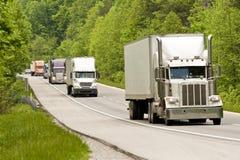 在跨境的山的半卡车 免版税库存图片