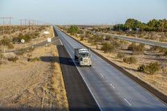 在跨境8的卡车在亚利桑那的沙漠地区在早晨 免版税库存照片