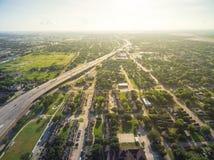 在跨境I69高速公路附近的顶视图郊区邻里在Ho 免版税库存图片