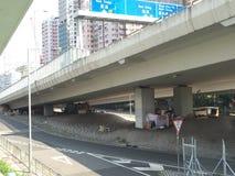 在跨线桥下的睡眠者在香港 库存图片