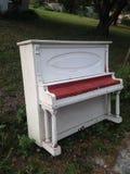 在路一边的一架老钢琴 免版税库存图片