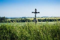 在路一边的十字架 免版税库存照片