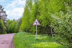 在路一边的路标,对司机的小心 免版税库存照片
