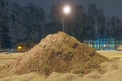在路一边的随风飘飞的雪 免版税图库摄影