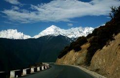 在路上向香格里拉,中国 免版税库存图片