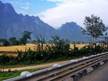 在路上在Vang Vieng附近的非常美丽的乡下 免版税库存照片