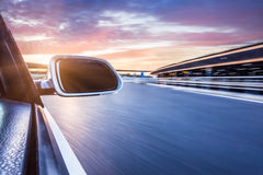 在路丝毫行动迷离背景的汽车 图库摄影