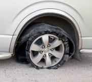 在路中断的轮胎 免版税库存图片