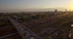 在路俄国rzhev城镇附近跨接完成的图象 在日落的夜间业务量 股票视频