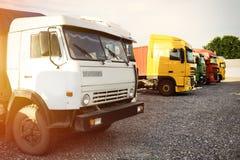 在路停放的不同的现代卡车 库存图片