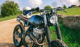在路停放的习惯摩托车 图库摄影