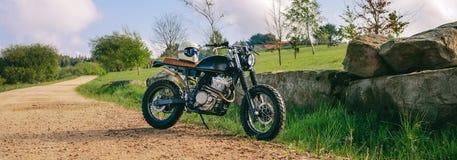 在路停放的习惯摩托车 免版税库存照片