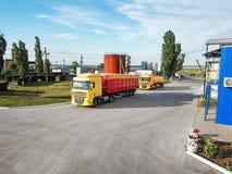 在路停放的现代明亮的卡车 免版税库存照片