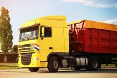 在路停放的现代明亮的卡车 库存照片