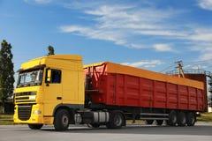 在路停放的现代明亮的卡车 库存图片