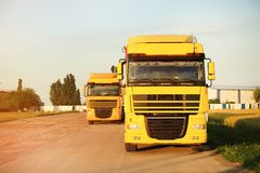 在路停放的现代黄色卡车 免版税库存图片