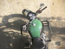 在路停放的绿色摩托车 库存图片