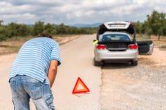 在路划分的汽车 在公园工厂西班牙语附近的龙舌兰阿尔梅里雅安大路西亚cabo de desert gata横向山自然本质 复制文本的空间 免版税库存照片