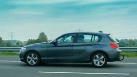 在路去的5-seater,与在路的一个仔细的司机 免版税库存图片