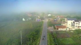 在路和村庄房子上行动反对有薄雾的天际 影视素材