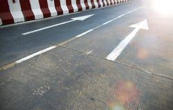 在路和白色颜色的箭头 免版税图库摄影