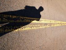 在路和阴影的黄线 免版税库存照片