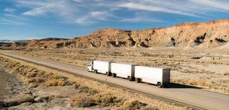 在路持久18轮车大船具一前一后卡车 免版税库存图片