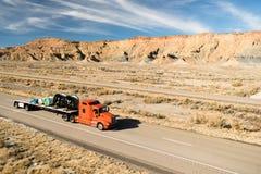 在路持久18轮车大船具卡车平板车 免版税图库摄影
