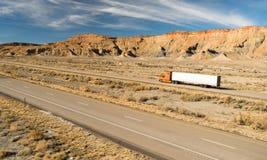 在路持久18轮车大船具卡车 图库摄影