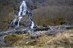 在路旁休息中止对面的瀑布 免版税图库摄影