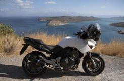在路旁和盔甲停放的摩托车 库存图片