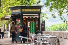 在路旁咖啡馆的报亭的附近人们,罗马,意大利 免版税库存图片