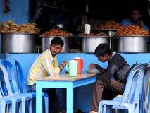 在路旁摊位的午餐,班格洛,印度 免版税库存图片